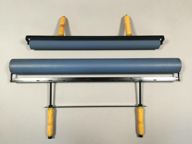 (下)特注75cm幅のゴム手ローラーと(上)規格品60cmゴム手ローラー