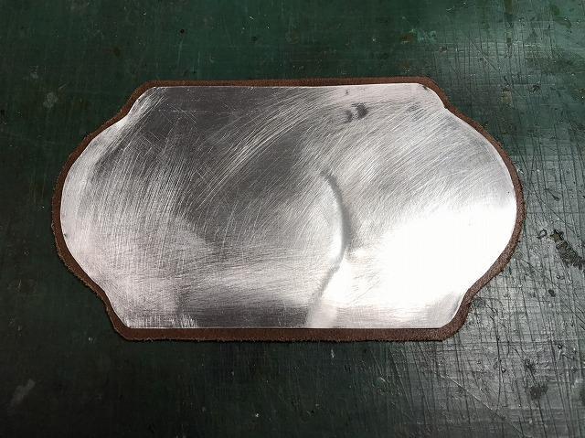 しっかりと接着したアルミ板と皮材料パーツ