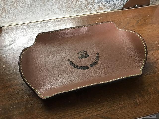 スリビトマークの焼印が施された手作りのマネートレイ