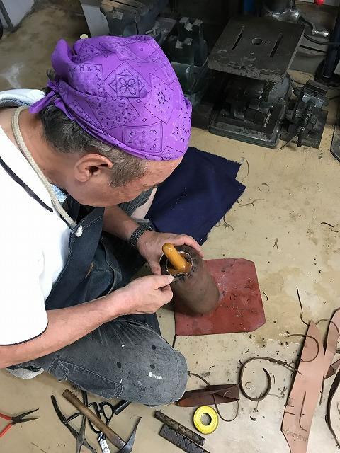 伝統の革ローラーを製造中
