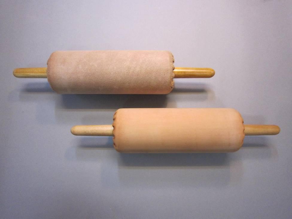 (上) 裏革ローラー/製版墨盛り用 (下) 表革ローラー/多色刷り用