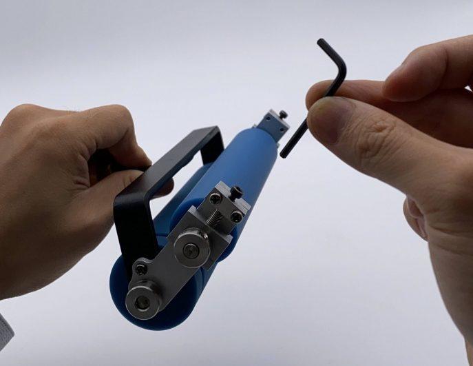 六角レンチでネジを回転させることで2本間のローラー圧力が調整可能