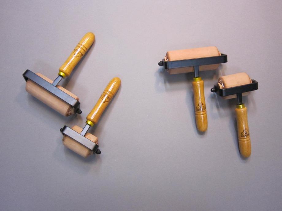 (左) 裏革ローラー / 製版・墨盛り用 (右) 表革ローラー / 多色刷り用