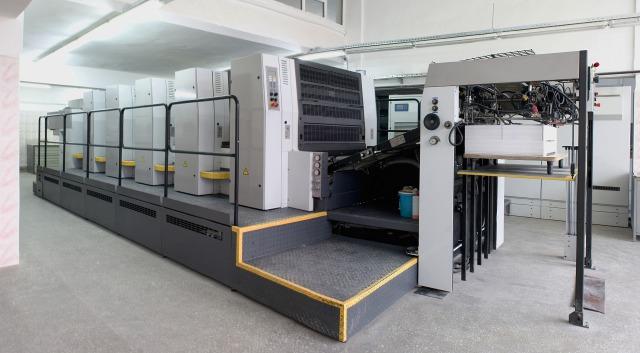 印刷工場内のオフセット印刷機械